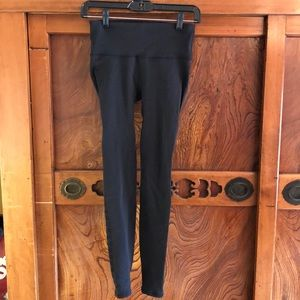 Lululemon black tight w/ perforation on side sz 6